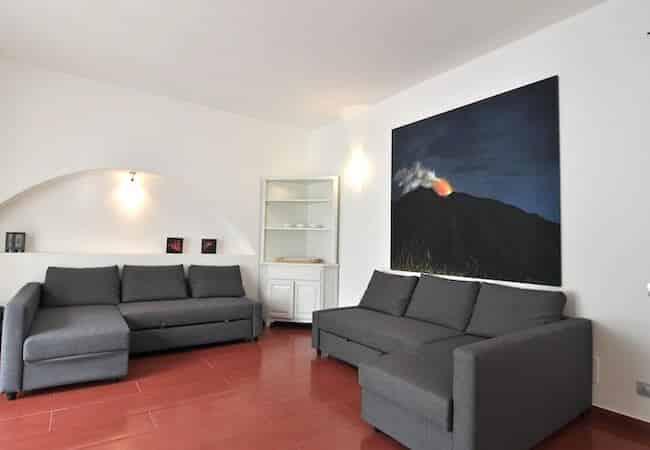 divani letto nel soggiorno dell'appartamento maestrale - gabbiano relais stromboli