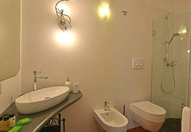 bagno dell'appartamento levante del gabbiano relais stromboli