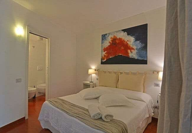 camera da letto con bagno dell'appartamento levante del gabbiano relais stromboli