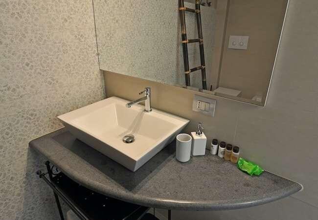 uno dei due bagni dell' appartamento mezzogiorno del gabbiano relais stromboli