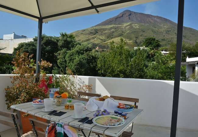 breakfast on the terrace of the apartment Ponente gabbiano relais stromboli